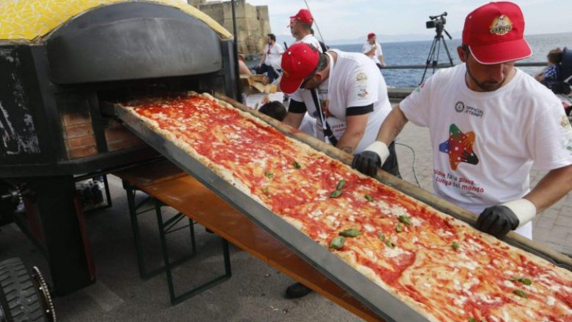 Një grup kuzhinierësh kanë gatuar picën e gjatë 1,853 metra