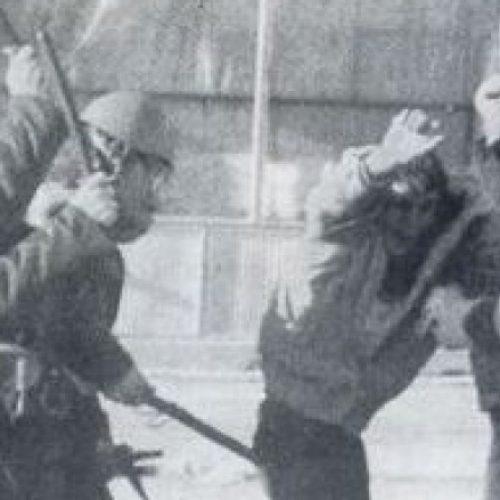 VIDEO E RRALLË: Torturat çnjerëzore nga policia serbe mbi demonstruesit shqiptarë në vitet e '90-ta (Video)