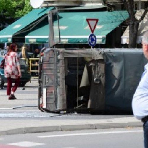 Shkup, furgoni përplaset me automjetin transportues të MPB-së (FOTO)