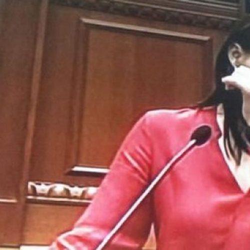 Ermira Mehmeti përlotet në Parlamentin shqiptar deri sa flet për skandalin e përgjimit