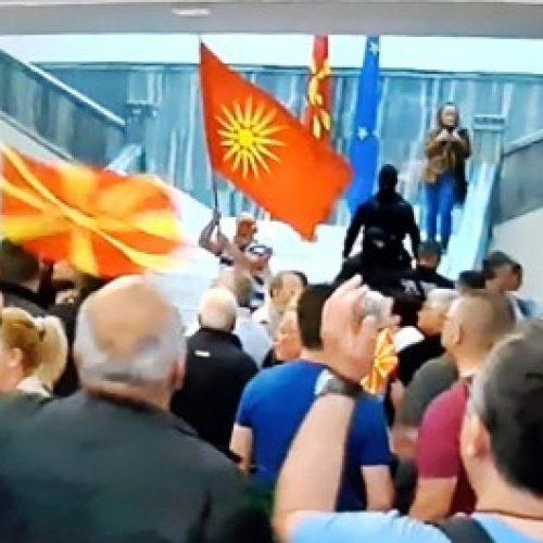 Reagim i dobët i MPB lejon protestuesit të futen në kuvend