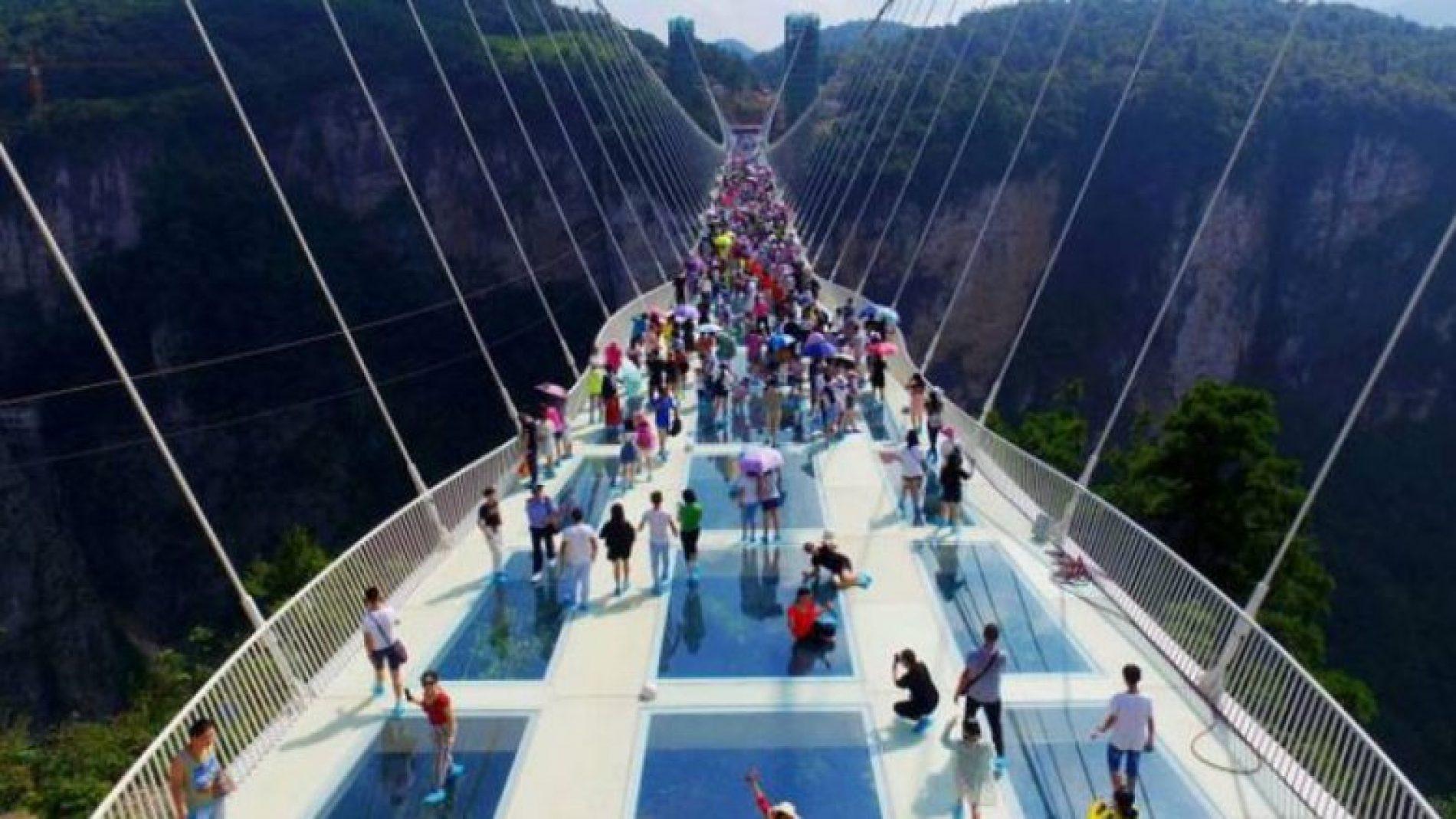Ura më e gjatë në botë, prej xhami (Foto)