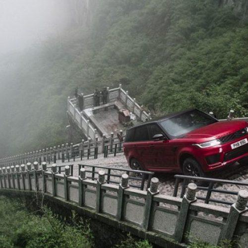 """Range Rover Sport arrin të ngjitet në 999 shkallët e malit Tianmen, që ndryshe njihen si """"porta e parajsës"""" (Foto/Video)"""