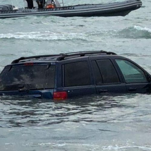 Vlorë, gjendet një makinë me targa italiane e zhytur në det